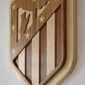 Escudo de madera del Atletico de Madrid.