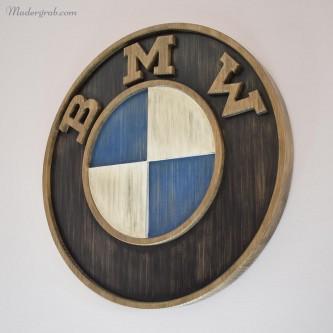 Logo BMW en madera envejecida.